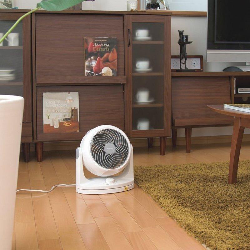 部屋に風を送るサーキュレーターの画像