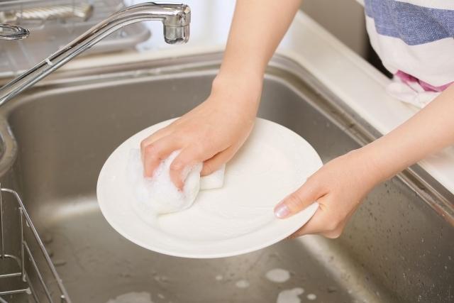 食器用洗剤でお皿を洗っている様子を伝える画像