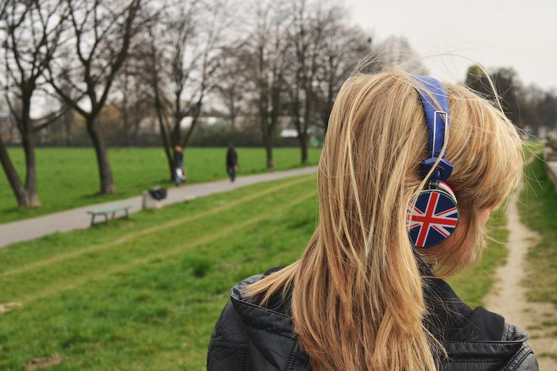 音楽の世界に入り込む少女