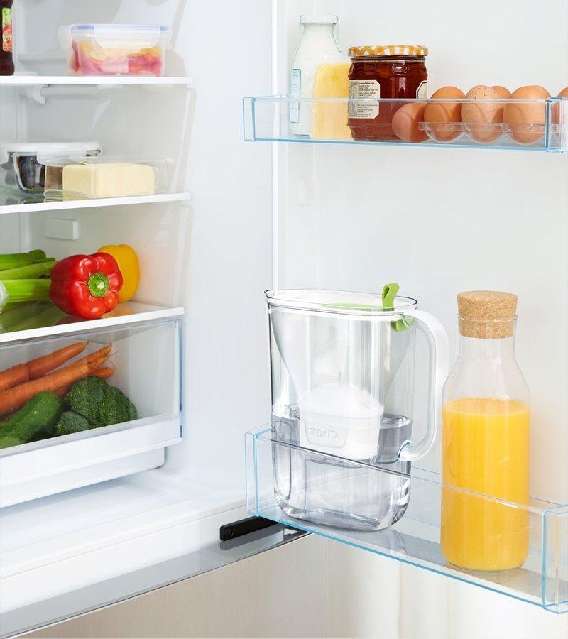 冷蔵庫にぴったりの浄水ポットがイメージ出来る画像