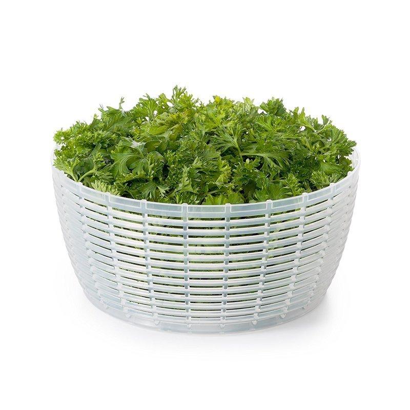 沢山の野菜が入るサラダスピナーのサイズ感を伝える画像