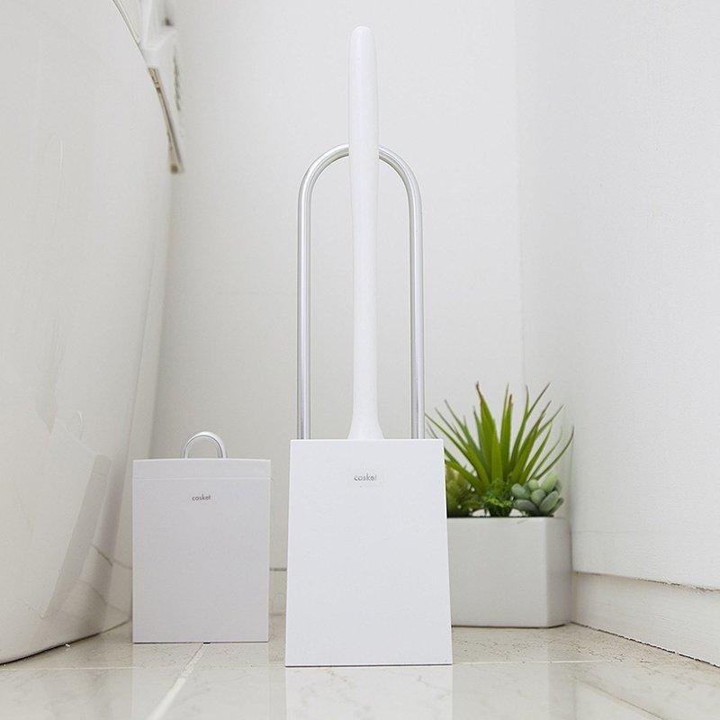 スタイリッシュなトイレブラシが、おしゃれなトイレ空間を演出しているイメージが湧く画像
