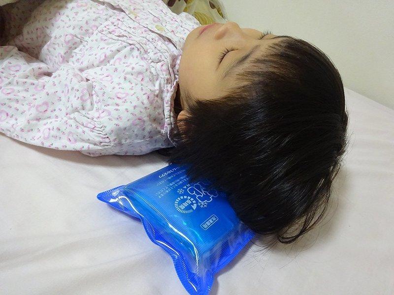 寝心地の良さと保冷力の高さを兼ね備えたアイス枕の使用画像