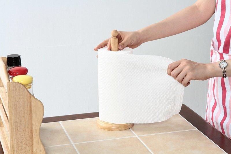 ロールタイプのキッチンペーパーを専用ホルダーに収納し、使用するイメージを伝える画像