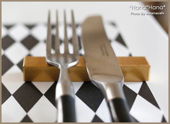 シンプルな木製ナイフレストの使用イメージが伝わる画像