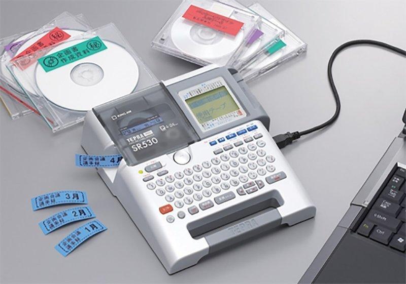 机の上に置かれたテープライター