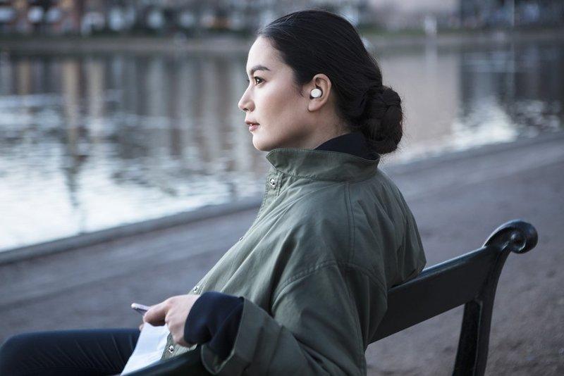 完全ワイヤレスイヤホンを装着してリラックスする女性