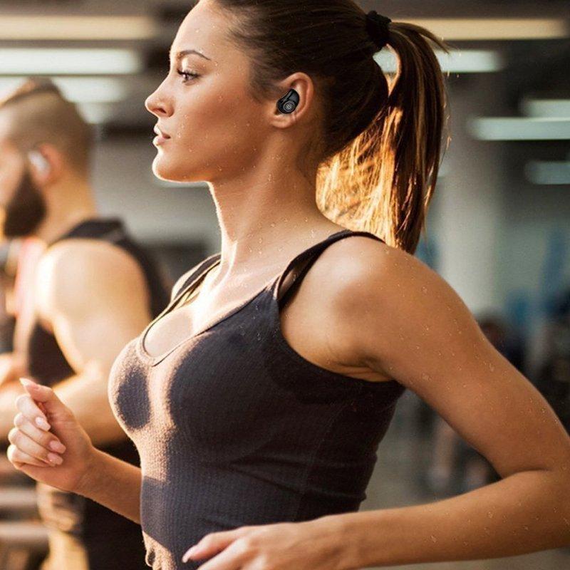 完全ワイヤレスイヤホンを装着して走る女性