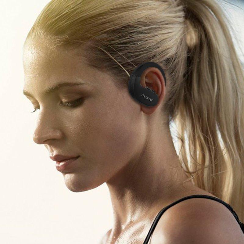 耳掛け付きの完全ワイヤレスイヤホンを装着している女性