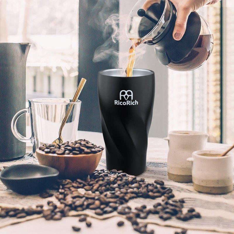 コタンブラーにコーヒーを注いでいる画像