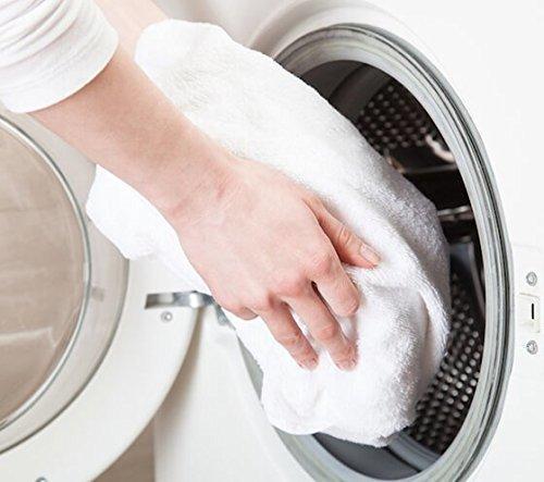 洗濯機に洗濯物を入れる画像