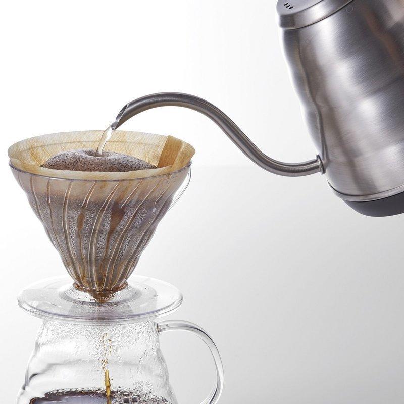コーヒーを注ぐ電気ケトル