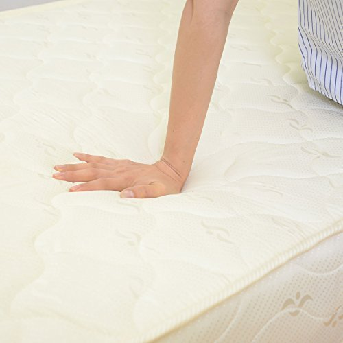 ベッドマットレスの硬さを確認する様子
