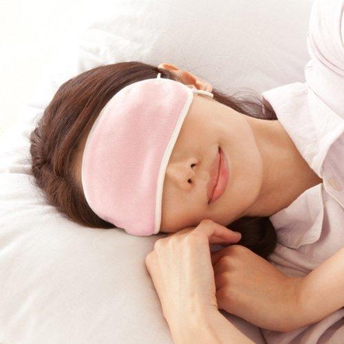 アイマスクを着用して眠る女性