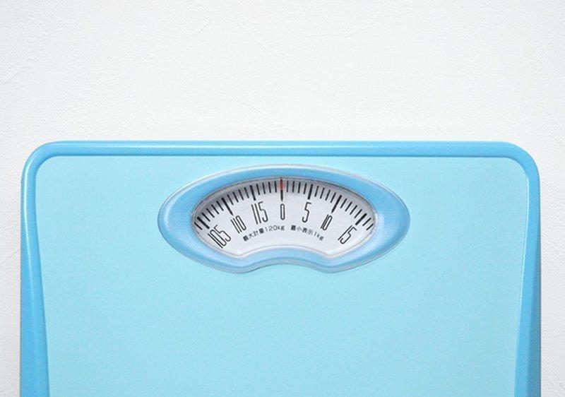 目盛版の一部が見えるアナログ体重計