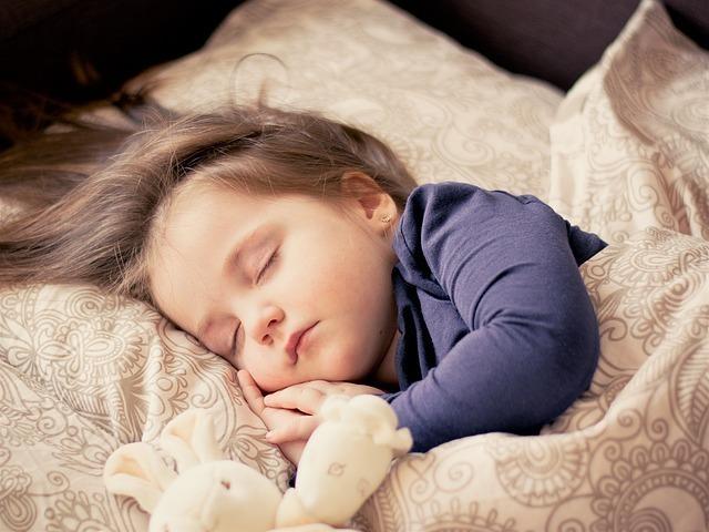 布団で気持ちよく眠る子供