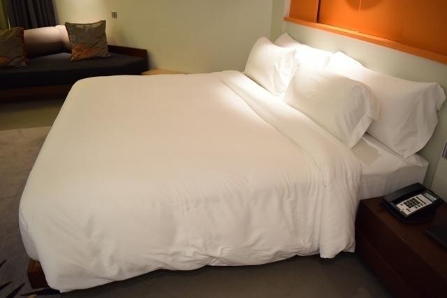 清潔な布団がセットされているベッド