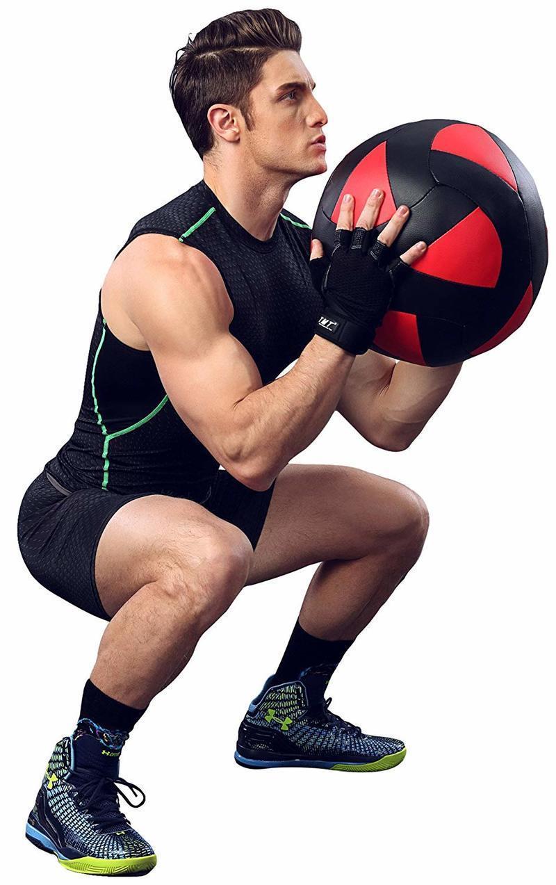 コンプレッションウェアを着てトレーニングする男性