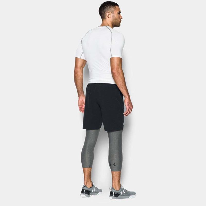 シンプルなコーディネートでコンプレッションタイツを着用する男性