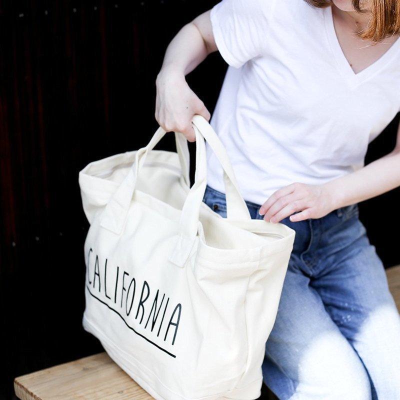 トートバッグを手に持つ女性