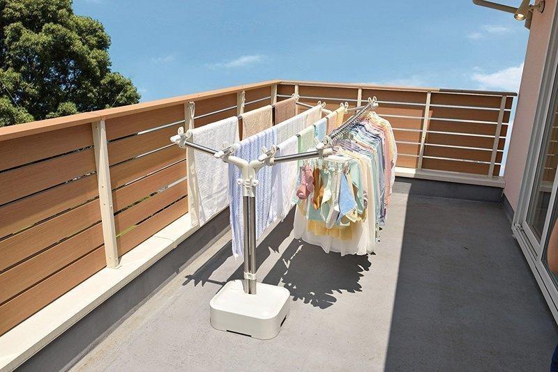 大量の洗濯物が干されている物干し台