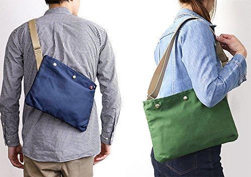 サコッシュバッグを持った男性と女性