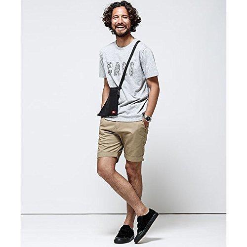 カジュアルなファッションにサコッシュを合わせたおしゃれな男性