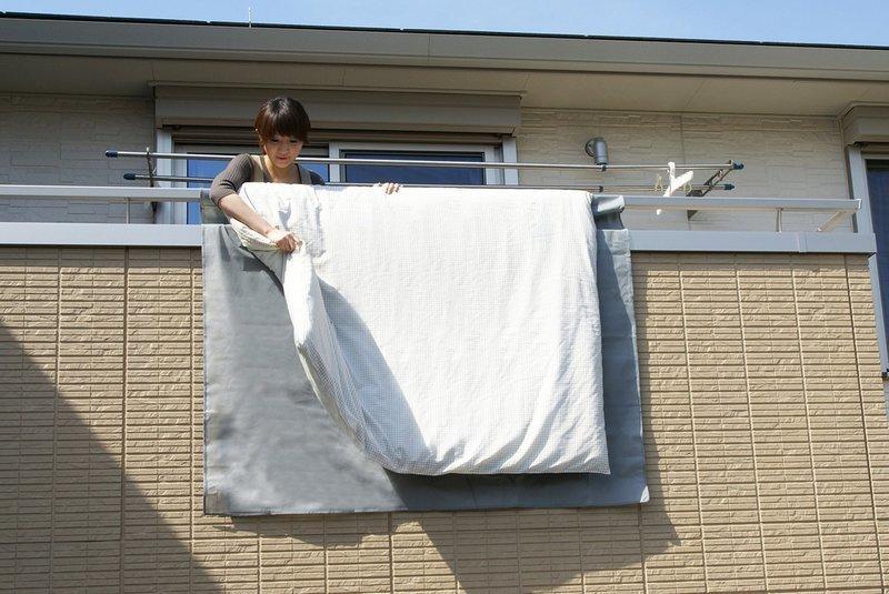 布団干しシートを使ってベランダで布団を干している画像