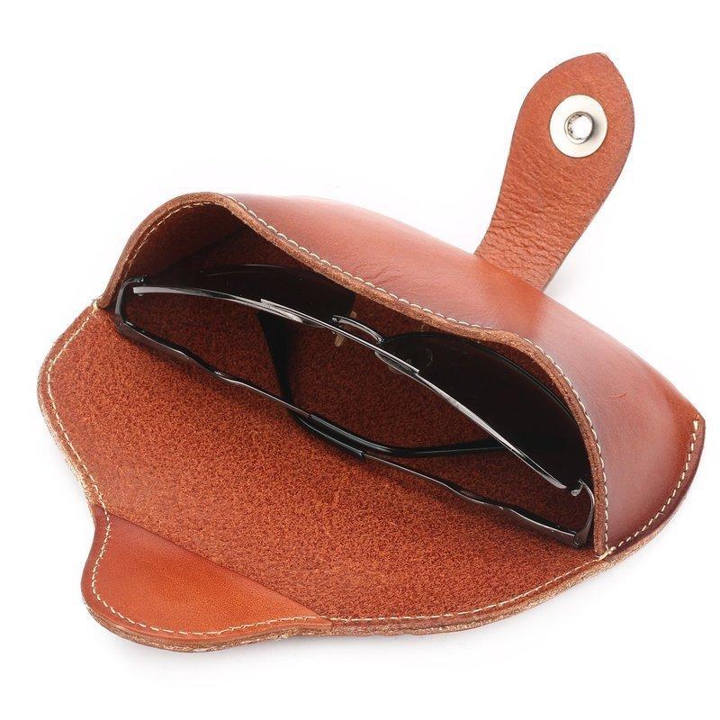 ボタン式の革製メガネケース