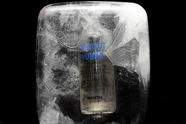 氷の中でキンキンに冷えたお酒