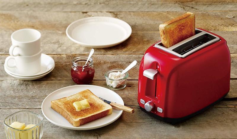 こんがり美味しい焼き色がついた食パンとポップアップトースター