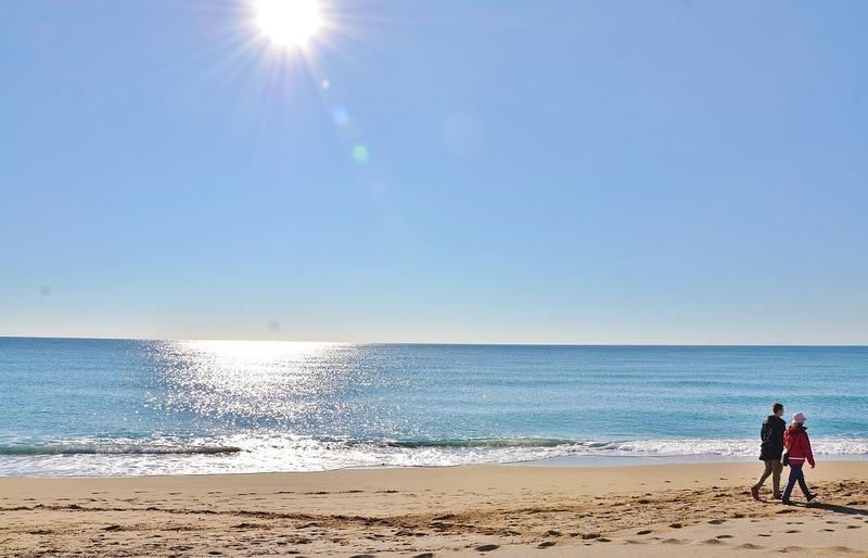 太陽が眩しいビーチ