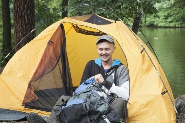 男性が座った状態でも高さに余裕のあるテント