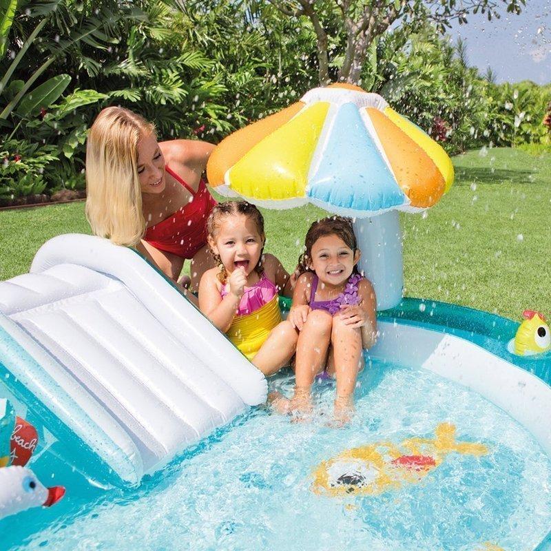滑り台付きビニールプールを楽しむ子供達