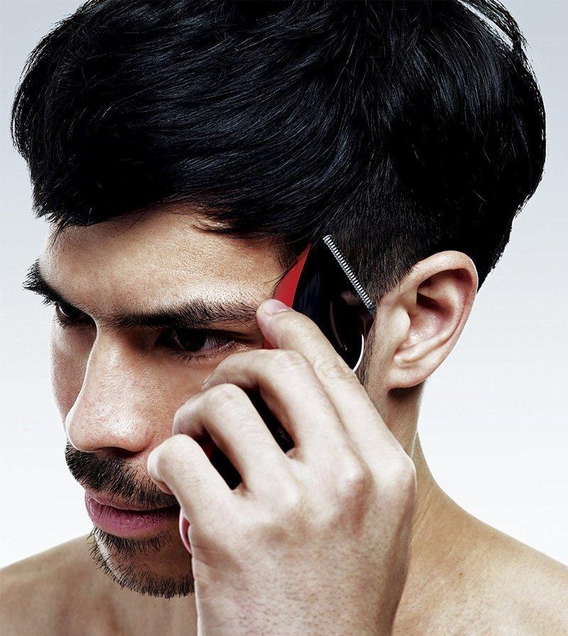 耳元をバリカンで短く刈り上げる男性